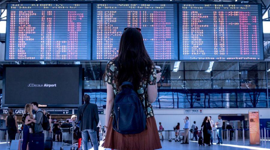 Rejsende i lufthavn