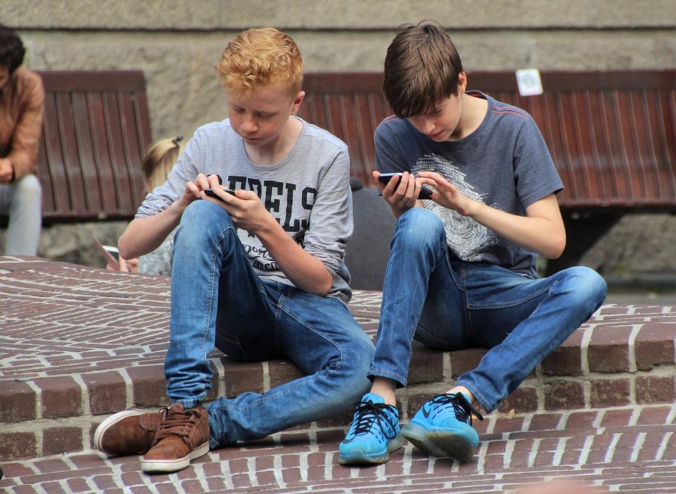 Børn spiller på smartphone