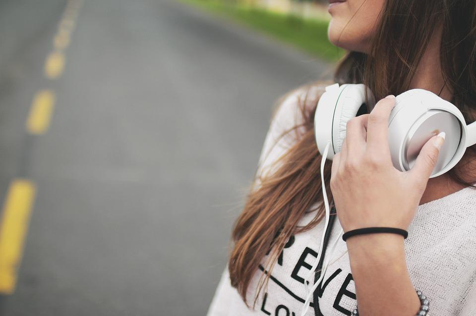 på vej med høretelefoner