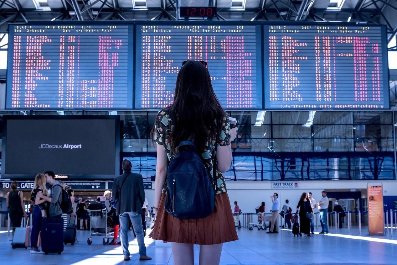 Kvinde kigger på flyoversigt