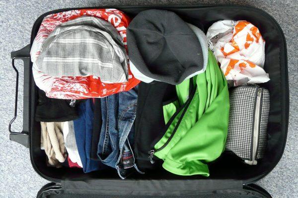 Kuffert med tøj i flere farver