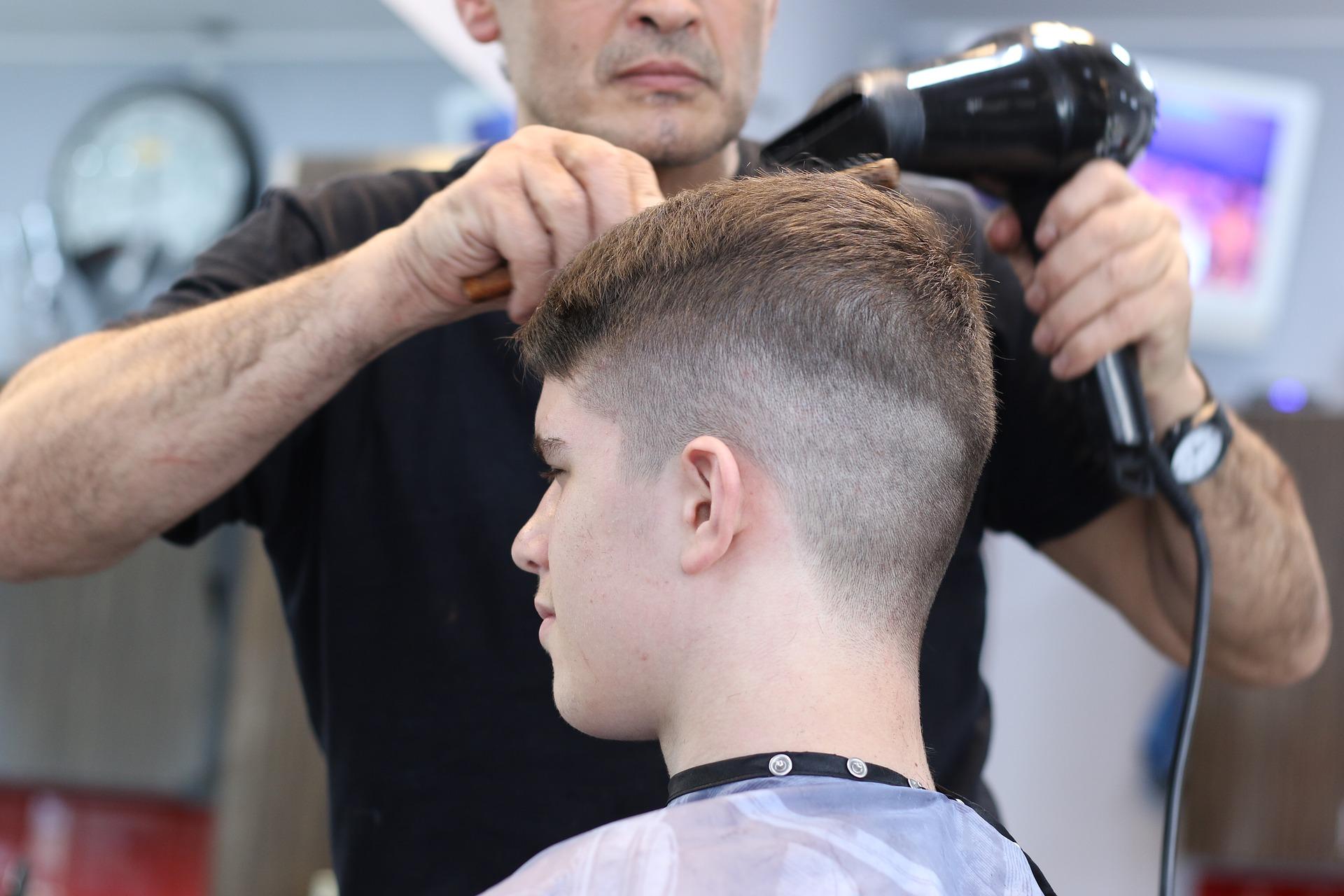 Person får klippet hår