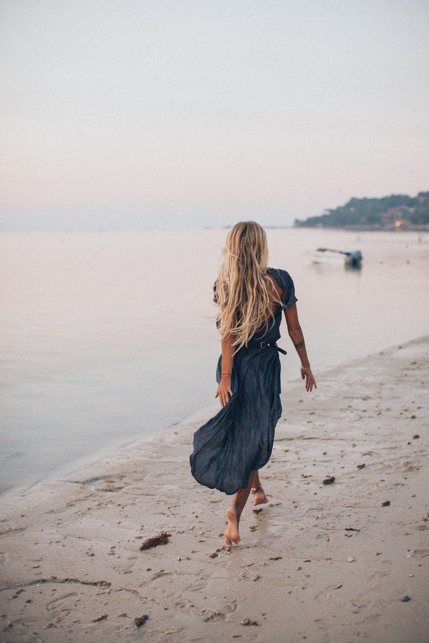 Blond kvinde løber på strand